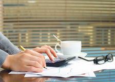 Geschäftsfrauhände im Büro Lizenzfreie Stockbilder