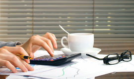 Geschäftsfrauhände im Büro Lizenzfreie Stockfotos