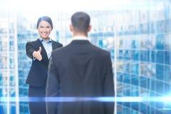 Geschäftsfrauhändedruck, der mit Manager gestikuliert stockbild