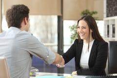 Geschäftsfrauhändeschütteln mit schließend Abkommen des Kunden Lizenzfreie Stockfotografie