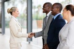 Geschäftsfrauhändeschüttelnangestellte stockfoto