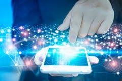 Geschäftsfrauhand, die auf intelligentem Telefonschirm mit Technologieverbindung und -globalem Netzwerk sich berührt Stockfotos