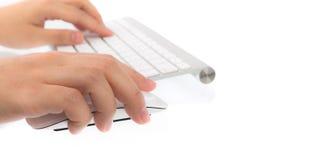Geschäftsfrauhand, die auf Laptoptastatur mit MO schreibt Stockbilder