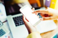Geschäftsfrauhand, die an intelligentem Telefon mit Job arbeitet Lizenzfreie Stockbilder