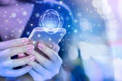 Geschäftsfrauhand, die an intelligentes Telefon unter Verwendung des Internets für Social Media anschließt Lizenzfreie Stockbilder