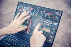 Geschäftsfrauhand unter Verwendung des Vortechnologiecomputer-Touch Screen Geschäftsinformations-Datendiagramms lizenzfreies stockbild