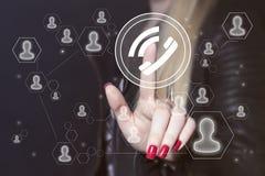 Geschäftsfrauhandpressetelefon-Netzknopf Lizenzfreie Stockfotos