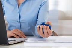 Geschäftsfrauholding-Druckball Lizenzfreies Stockfoto