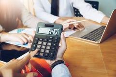 Geschäftsfrauholding Nr. 2019 auf Taschenrechner im Konferenzzimmer stockbild