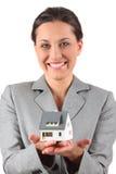 Geschäftsfrauholdinghaus Stockbild