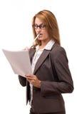 Geschäftsfrauholdingpapiere und -bleistift Stockfoto