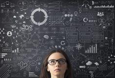 Geschäftsfrauideenkonzept auf Tafel Lizenzfreie Stockfotos