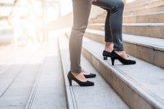 Geschäftsfraukollege, der aufwärts auf die Treppe geht Lizenzfreie Stockbilder
