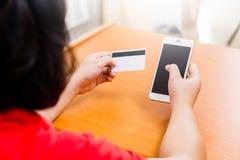Geschäftsfraukontrolle die Telefonnummer auf Karten Stockbild