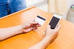 Geschäftsfraukontrolle die Telefonnummer auf Karten Lizenzfreies Stockfoto