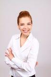 Geschäftsfraulächeln lokalisiert über einem grauen Hintergrund lizenzfreies stockbild