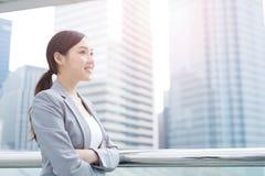 Geschäftsfraulächeln und -blick Stockbild