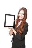 Geschäftsfraulächeln und Zeigen von Tablette-PC Lizenzfreie Stockfotografie