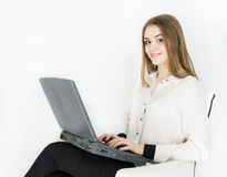 Geschäftsfraulaptop auf weißem Hintergrundbüro Lizenzfreies Stockbild