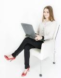 Geschäftsfraulaptop auf weißem Hintergrundlächeln Lizenzfreie Stockbilder