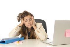 Geschäftsfrauleidendruck am Bürocomputertisch besorgtes deprimiertes schauend und überwältigt Lizenzfreies Stockbild