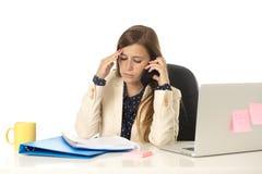 Geschäftsfrauleidendruck am Bürocomputertisch besorgtes deprimiertes schauend und überwältigt Lizenzfreie Stockfotografie