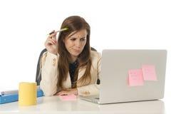 Geschäftsfrauleidendruck am Bürocomputertisch besorgtes deprimiertes schauend und überwältigt Stockfotografie