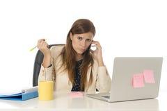 Geschäftsfrauleidendruck am Bürocomputertisch besorgtes deprimiertes schauend und überwältigt Lizenzfreies Stockfoto