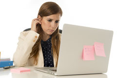 Geschäftsfrauleidendruck am Bürocomputertisch besorgtes deprimiertes schauend und überwältigt Stockfotos