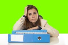 Geschäftsfrauleidendruck und -kopfschmerzen an der Schreibtischfarbenreinheit befestigen Schirm Stockfotografie