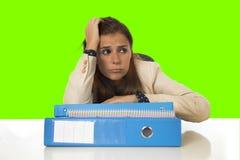 Geschäftsfrauleidendruck und -kopfschmerzen an der Schreibtischfarbenreinheit befestigen Schirm Lizenzfreies Stockbild