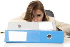 Geschäftsfrauleidendruck und -kopfschmerzen am Schreibtisch besorgtes deprimiertes schauend und überwältigt Lizenzfreie Stockbilder