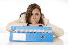 Geschäftsfrauleidendruck und -kopfschmerzen am Schreibtisch besorgtes deprimiertes schauend und überwältigt Lizenzfreies Stockbild