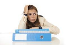 Geschäftsfrauleidendruck und -kopfschmerzen am Schreibtisch besorgtes deprimiertes schauend und überwältigt Stockfotos