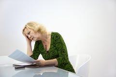 Geschäftsfraulesedokument Stockfoto