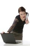 Geschäftsfraulesung etwas auf ihrem Laptop Lizenzfreie Stockbilder
