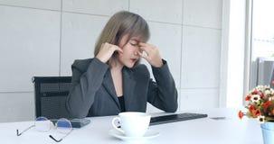 Geschäftsfraumassagetempel und crosse Augenbrauen stock video footage