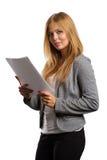 Geschäftsfrauporträt mit Dokumenten auf Weiß Lizenzfreie Stockfotografie