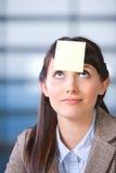 Geschäftsfraupost-it auf Kopf Lizenzfreie Stockbilder