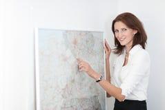 Geschäftsfraupunkte zu einer Karte Lizenzfreies Stockfoto