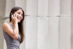 Geschäftsfraurechtsanwalt, der auf smartphone spricht Stockfotos