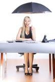 Geschäftsfrauregenschirm Stockfoto