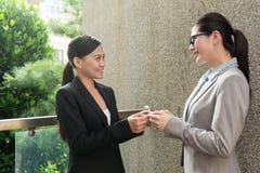 Geschäftsfrauschaltervisitenkarte stockfotografie