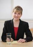 Geschäftsfrauschreiben auf dem Kanzleibogenblock, der Kenntnisse nimmt Stockfoto