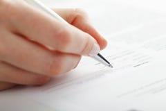 Geschäftsfrauschreiben auf einer Form Lizenzfreie Stockbilder