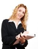 Geschäftsfrauschreiben auf ihrem Notizblock lizenzfreies stockfoto