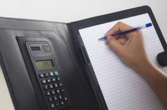 Geschäftsfrauschreiben im Büro Stockfotos