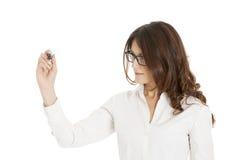 Geschäftsfrauschreiben mit schwarzer Markierungsfeder auf virtuellem Bildschirm Stockfotografie