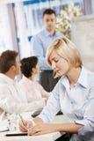 Geschäftsfrauschreibensanmerkungen Lizenzfreie Stockfotos