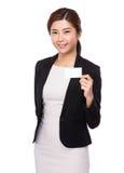 Geschäftsfraushow mit dem namecard Lizenzfreie Stockfotos